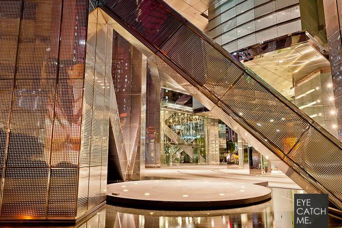 Eyecatchme gehört zu den top Architektur Fotografen im Kölner raum, dieses Foto zeigt ein mit Edelstahl verkleidetes Haus in Hong Kong.