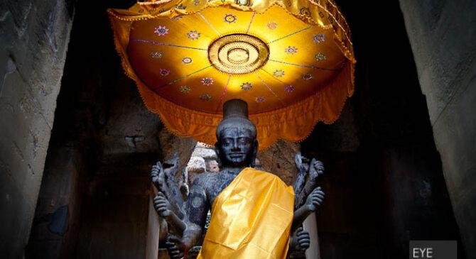 Angkor Wat – Fotos der Acht armigen hinduistische Vishu Statue [picture footprint]