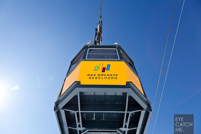 Foto der Nebelhorn Gondel, das Gelb der Gondel bildet einen schönen Kontrast zum blauen Himmel