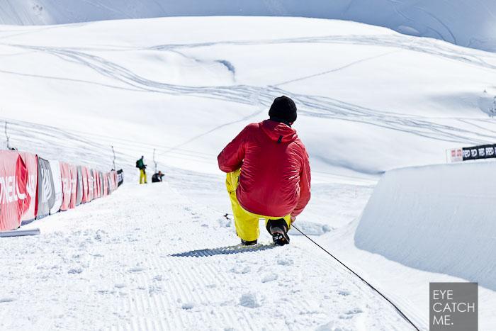 Sven beim markieren des Copings der Halfpipe, das Foto ist auf dem Nebelhorn in Oberstdorf entstanden.