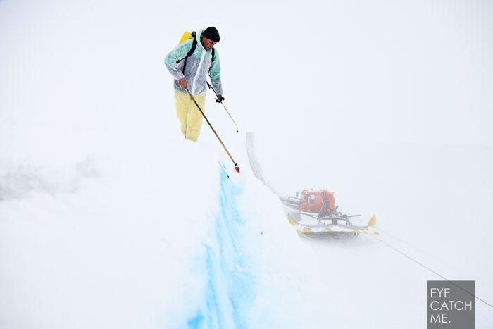 Das Bild vom Fotographen zeigt die blaue Linie an der sich der Shaper in der Pistenwalze orientieren kann.