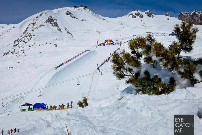 Fotograf Eyecatchme hat dieses Bild auf dem Nebelhorn in Oberstdorf gemacht, es zeigt die snowboard Halfpipe und das Skigebiet