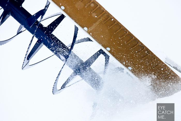 Das Foto von Fotograf eyecatchme zeigt, sie sich das Halfpipe Shapegerät in den gefrohrenen Schnee fräst.