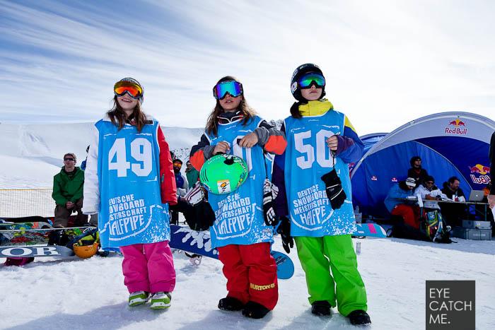 Das Foto zeigt drei junge Snowboarder mit Startnummer and er Halfpipe am Nebelhorn in Oberstodrf, fotgrafiert von Eyecatchme aus Köln
