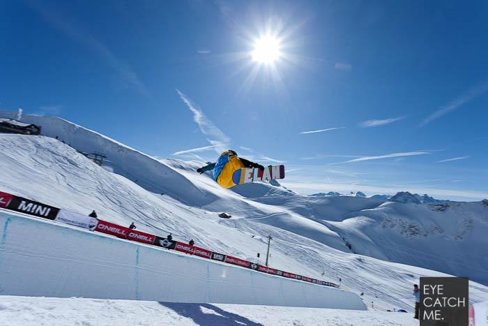 Eine schöne Sportfotografie eines snowbaorders in der Halfpipe
