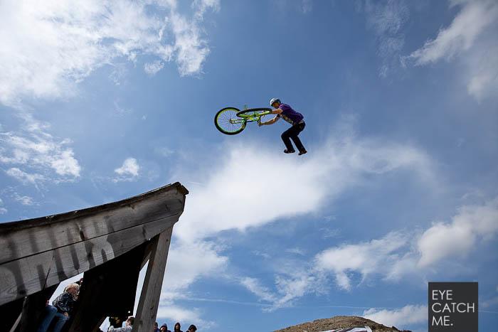 Dieses Foto zeigt einen späktakulären Sprung über eine Mountainbike Rampe im Bikepark Winterberg, fotografiert von Event Fotograf Eyecatchme aus Köln
