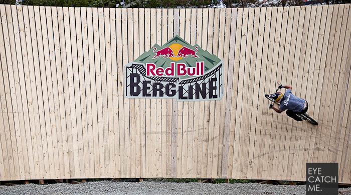 Sport und Event Fotograf EYECATCHME aus Köln hat diese Fotos bei der Red Bull Bergline in Winterberg gemacht. Hier ein Foto eines Mountainbikers der der gerade über den 6 Meter hohen Wallride fährt.