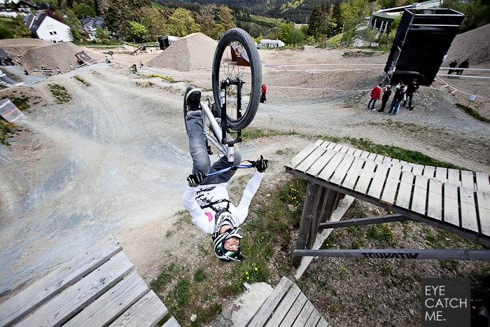 Späktakuläres Event Foto von Fotograf Eyecatchme aus Köln, es zeigt einen Biker der gerade einen Salto macht von oben.