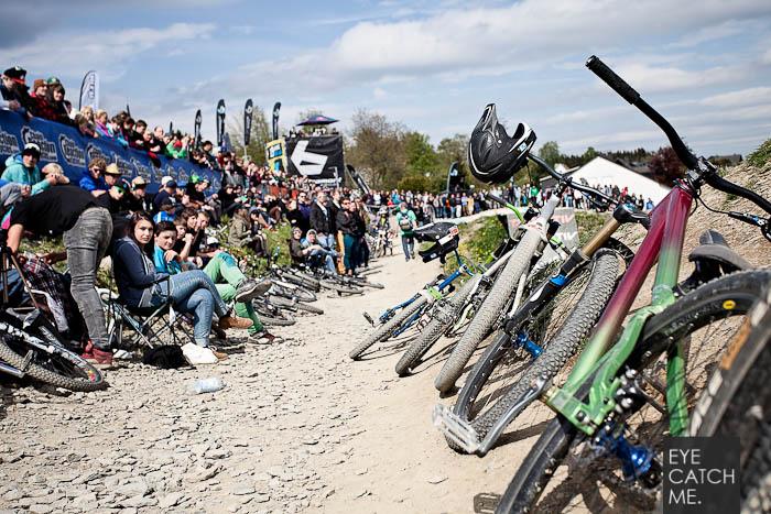 Der Event und Business Fotograf Eyecatchme aus Köln, hat dieses Foto von Bikes und Fans beim Red Bull Berg Line Event in Winterberg gemacht.