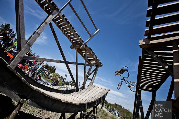 Tolles Event Foto eines Mountain Bikers im Bikepark Winterberg, der Fotograf aus Köln hat das Foto während der Red Bull Berg Line gemacht
