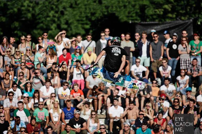 Das Action Foto zeigt einen Wakeboarder in der Luft, als Hintergrund dient die jubelden Menschenmasse, fotografiert vom Kölner Fotograf Eyecatchme.