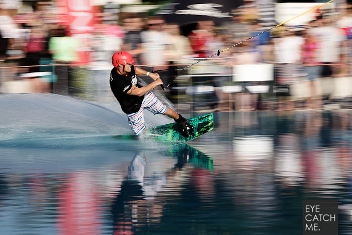 Deises Panning Foto zeigt einen Wakeboarder im Müngersdorfer Schwimmstadion in Köln