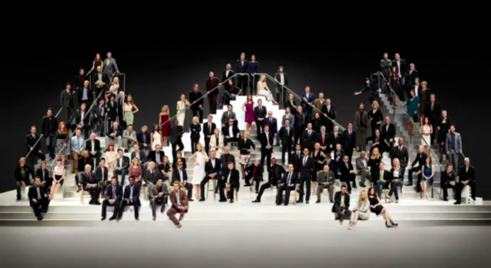Dieses aufwendige Gruppenfoto wurde vom Fotografen im Studio gemacht, es zeigt über hundert Hollywood Schauspieler und größen der Filmszene.