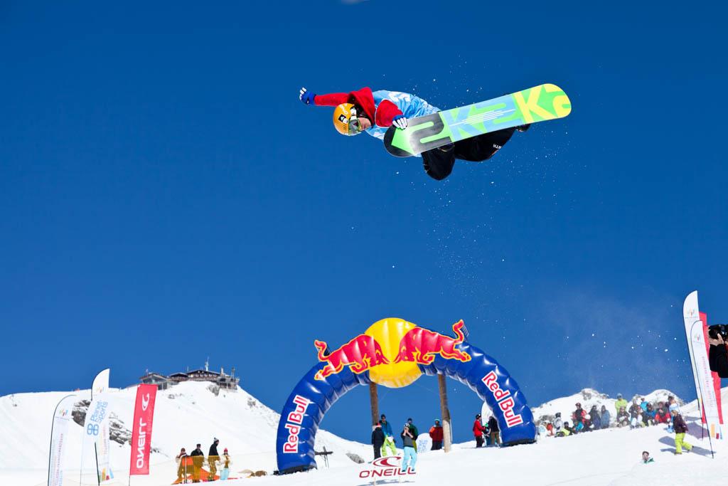 Event Fotograf aus Koeln bei Freestyle Contest in der Halfpipe, das Foto zeigt einen Teilnehmer bei einem hohen Sprung in der Luft