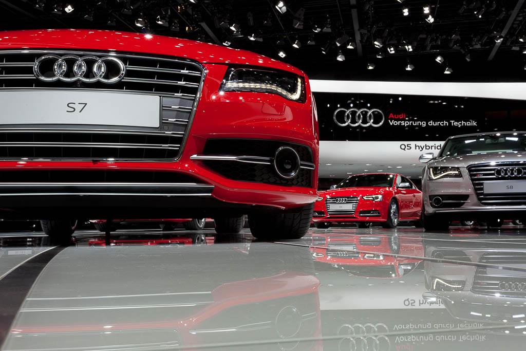 Dieses Foto hat der Messe und Convention Fotograf aus Köln gemacht, es zeigt die tollen Autos auf der Highline Spur auf dem Audi Messestand
