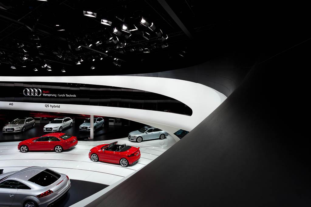 Der Fotograf aus Köln hat den Messestand von Audi auf der IAA fotografiert. Diese Perspektive zeigt den Messestand von oben.