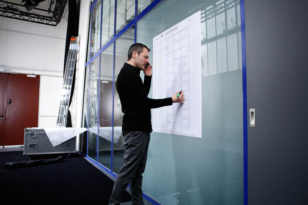 Das Bild zeigt einen Mitarbeiter bei der Arbeit im Büro
