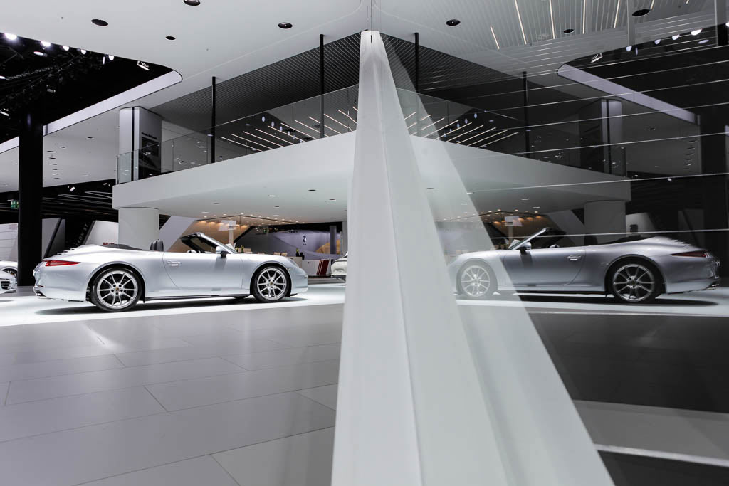 Auf dem Foto spiegelt sich das Auto in der Architektur des Messestandes, die Treppe war der Zugang zur Motorsport Ausstellung auf der IAA