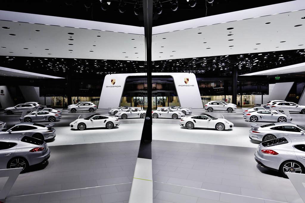 Dieses kreative Messefoto zeigt den sensationellen Porsche Messestand auf der IAA, der Fotograf hat das Foto von einer hohen Leiter gemacht und konnte somit die Spiegelung einfangen.